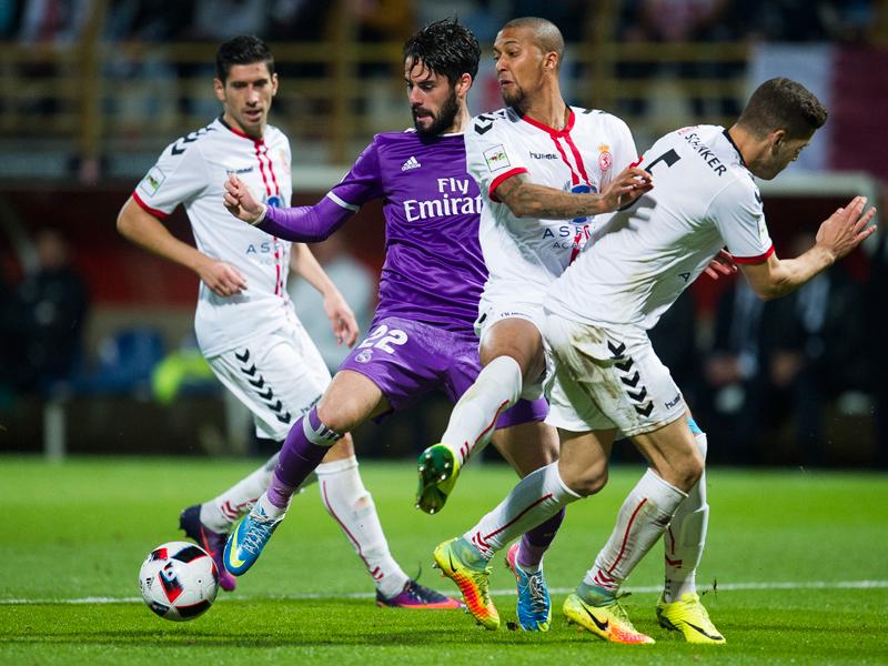 相手3選手に囲まれながらボールをキープするイスコ(中央) [写真]=Real Madrid via Getty Images