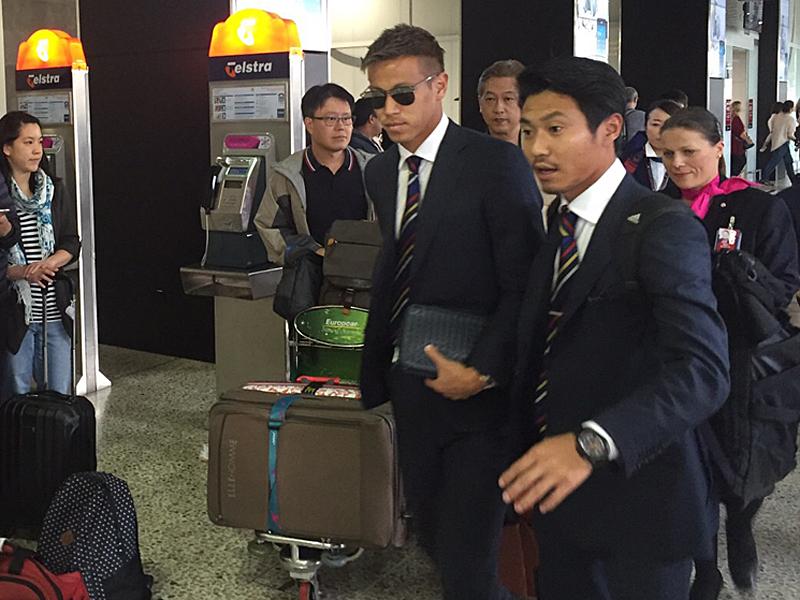 メルボルン国際空港に到着した本田圭佑(中央)