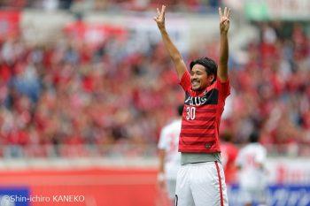 FC東京戦で3ゴールを挙げて喜ぶ興梠 [写真]=兼子愼一郎