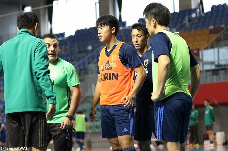 熱心に選手を指導するブルーノ・ガルシア新監督(左) [写真]=河合拓