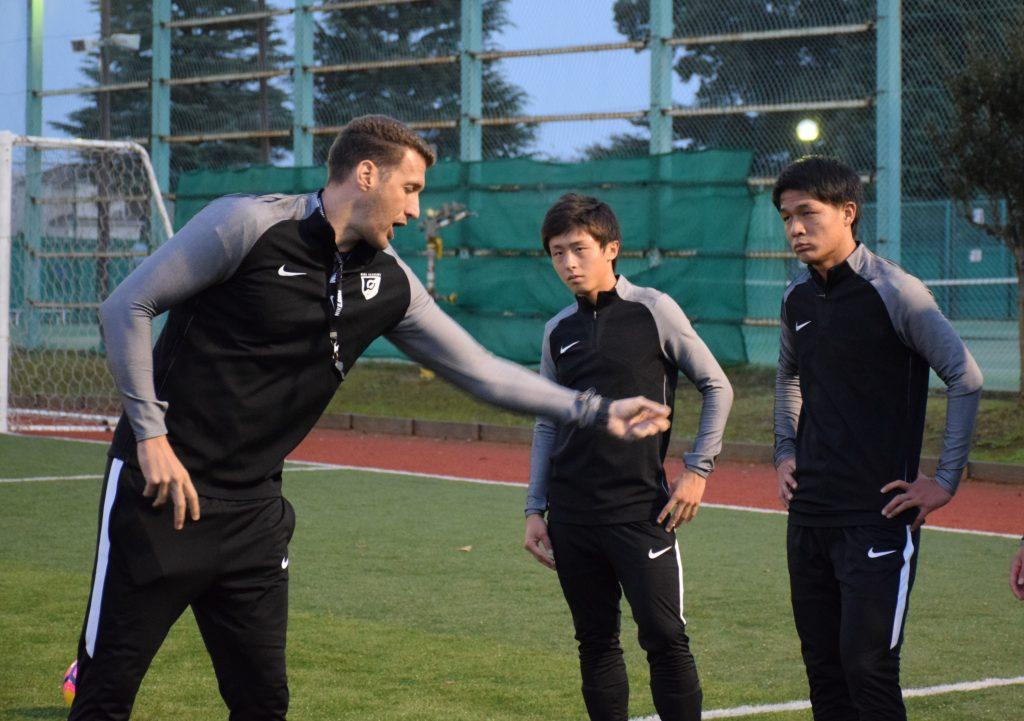 エドゥワルド・オリベイラコーチ(左)の指導を受ける杉岡大暉(右)