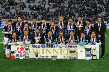 CHOFU, JAPAN - JANUARY 01:  (EDITORIAL USE ONLY) Players and coach of Gamba Osaka pose for photograph after the 95th Emperor's Cup final between Urawa Red Diamonds and Gamba Osaka at Ajinomoto Stadium on January 1, 2016 in Chofu, Tokyo, Japan.  (Photo by Masashi Hara/Getty Images)
