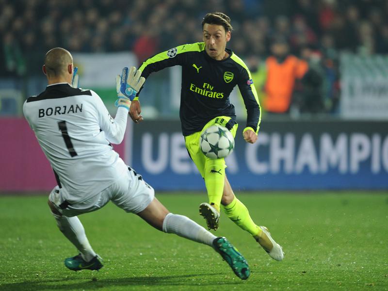 ボールを浮かせて相手GKをかわしたエジル [写真]=Arsenal FC via Getty Images
