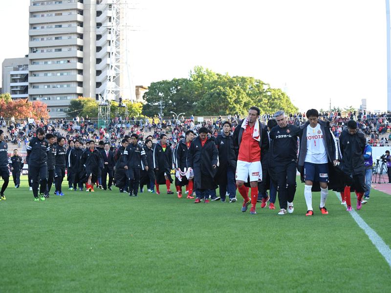 失意の中、場内を一周した名古屋の選手たち [写真]=Getty Images