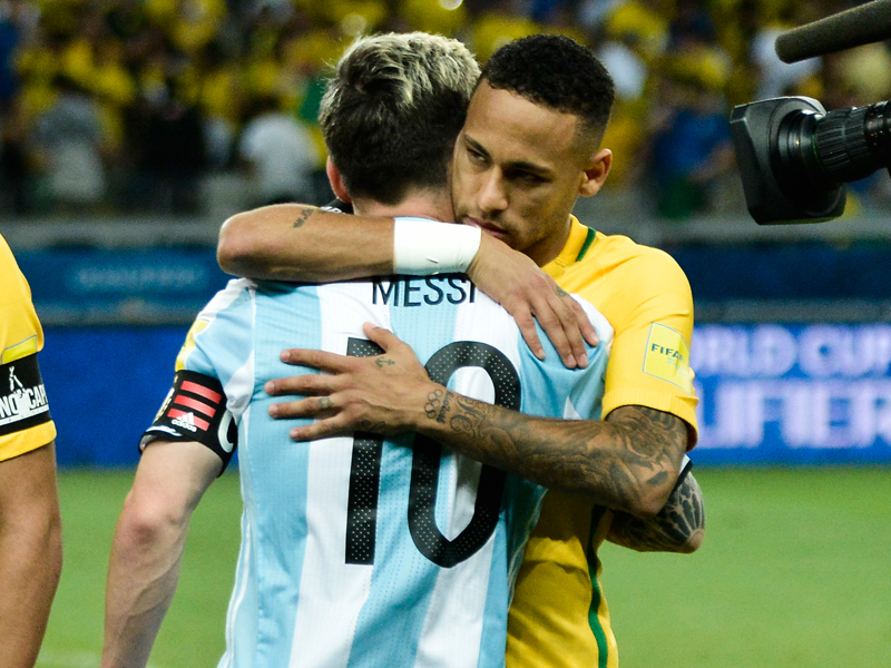 バルサでともにプレーするメッシ(手前)とネイマールが試合前に抱擁 [写真]=LatinContent/Getty Images