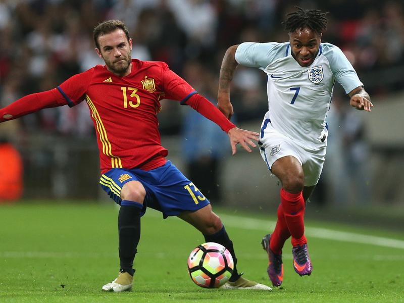 マタ(左)とスターリング(右)のマッチアップ ウェンブリー・スタジアムで行われた注目の一戦 [写真]=The FA via Getty Images