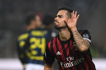 MILAN, ITALY - NOVEMBER 20:  Fernandez Suso of AC Milan celebrates his second goal during the Serie A match between AC Milan and FC Internazionale at Stadio Giuseppe Meazza on November 20, 2016 in Milan, Italy.  (Photo by Valerio Pennicino/Getty Images)