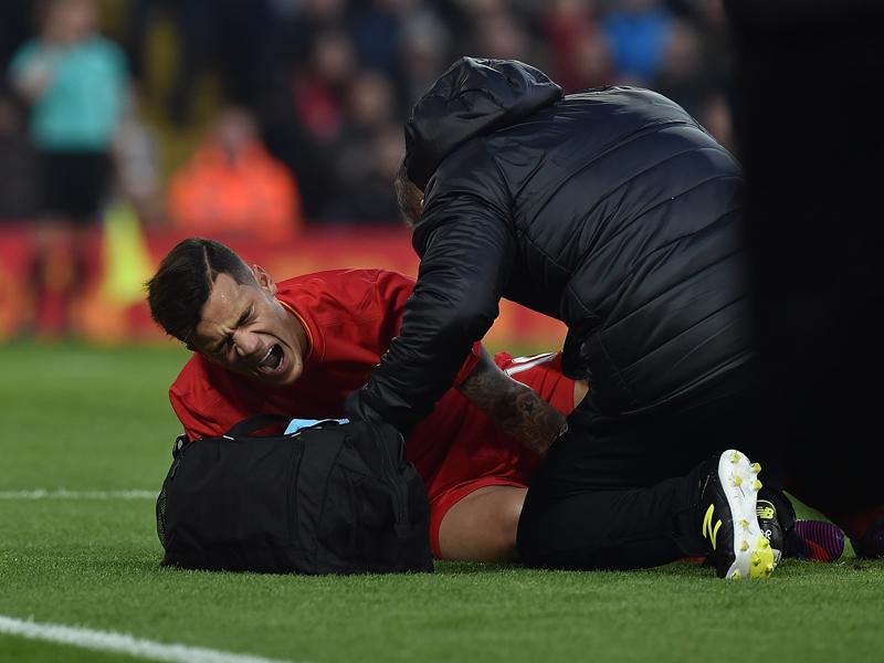 負傷交代を強いられたコウチーニョ [写真]=Liverpool FC via Getty Images