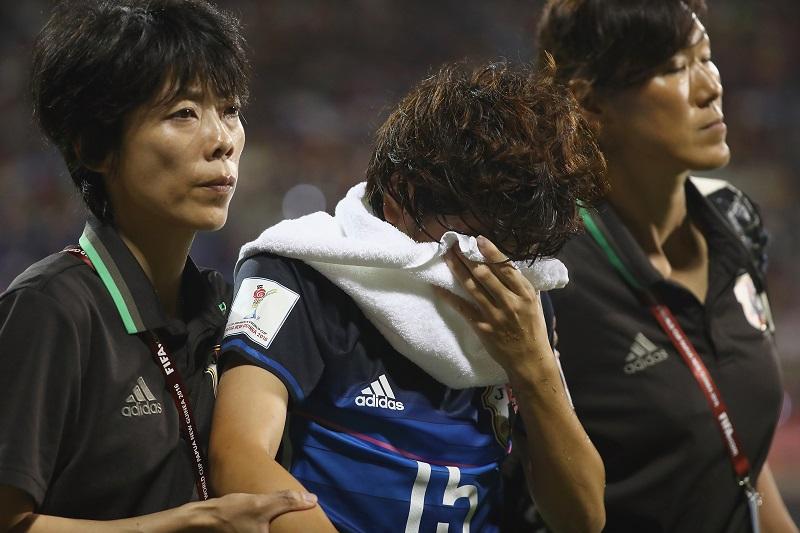 負傷交代に顔を覆った宮川 [写真]=Getty Images