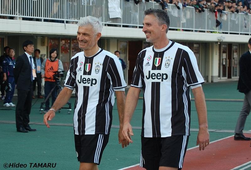 試合後に談笑するラバネッリ(左)とディノ・バッジョ [写真]=田丸英生