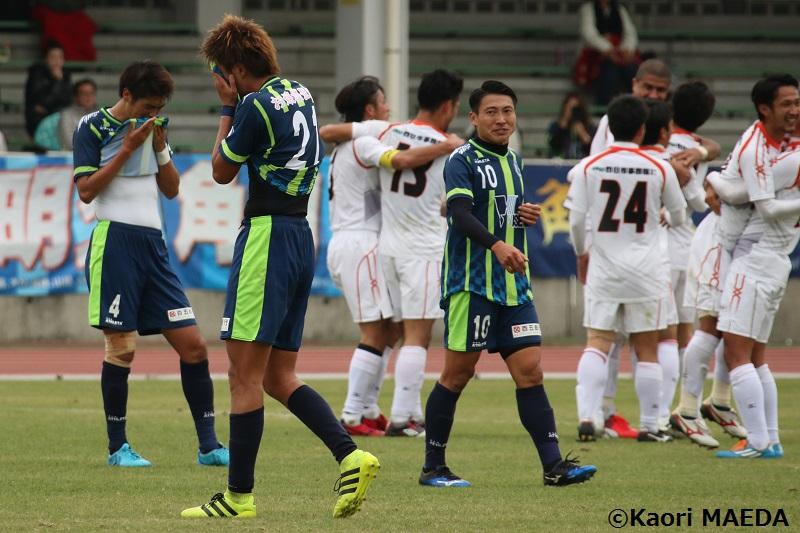 試合終了のホイッスルが鳴ると同時に、両チームの感情が強く現れたピッチ [写真]=前田カオリ