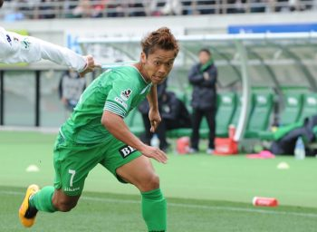 CHOFU, JAPAN - FEBRUARY 28:  (EDITORIAL USE ONLY) Ryuji Sugimoto #7 of Tokyo Verdy in action during the J.League second division match between Tokyo Verdy and Hokkaido Consadole Sapporo at the Ajinomoto Stadium on February 28, 2016 in Chofu, Tokyo, Japan.  (Photo by Masashi Hara/Getty Images)
