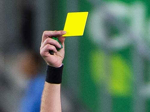 ●スペインで試合中に選手が主審を二度殴打、警察に拘束される