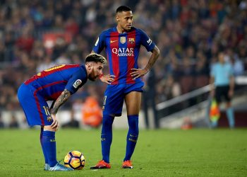 BARCELONA, SPAIN - OCTOBER 29:  Lionel Messi (L) and Neymar JR of FC Barcelona look on during the La Liga match between FC Barcelona and Granada at Camp Nou stadium on October 29, 2016 in Barcelona, Spain.  (Photo by Manuel Queimadelos Alonso/Getty Images)