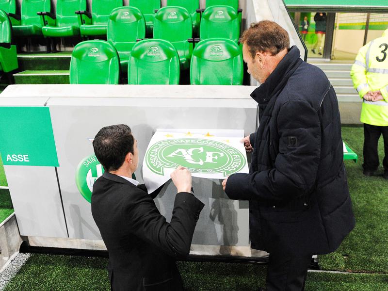 スタンドの壁にシャペコエンセのエンブレムを貼付するサンテティエンヌのスタッフ [写真]=Icon Sport via Getty Images