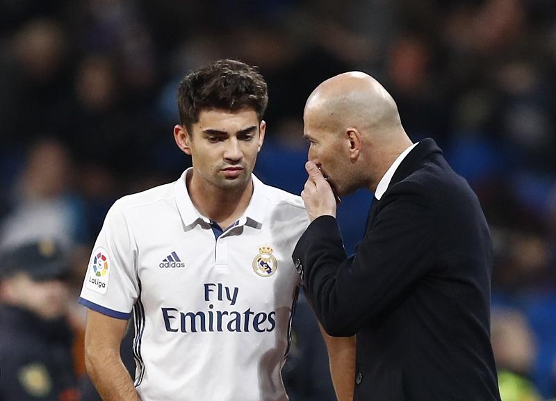 父でもあるジダン監督(右)のもと、トップチームデビューを果たした [写真]=Real Madrid via Getty Images