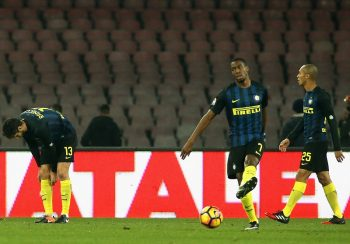 NAPLES, ITALY - DECEMBER 02:  Players of Inter show their dejection during the Serie A match between SSC Napoli and FC Internazionale at Stadio San Paolo on December 2, 2016 in Naples, Italy.  (Photo by Maurizio Lagana/Getty Images)