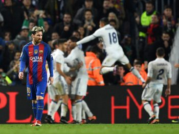 BARCELONA, SPAIN - DECEMBER 03:  Lionel Messi of Barcelona shows his dejection after Real Madrid's equaliser during the La Liga  match between FC Barcelona and Real Madrid CF at Camp Nou on December 3, 2016 in Barcelona, Spain.  (Photo by David Ramos/Getty Images)