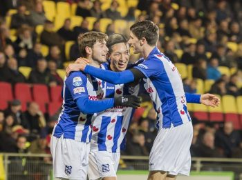 (L-R) Arber Zeneli of SC Heerenveen, Yuki Kobayashi of SC Heerenveen, Pelle van Amersfoort of SC Heerenveenduring the Dutch Eredivisie match between Go Ahead Eagles and sc Heerenveen at The Adelaarshorst on December 03, 2016 in Deventer, The Netherlands(Photo by VI Images via Getty Images)