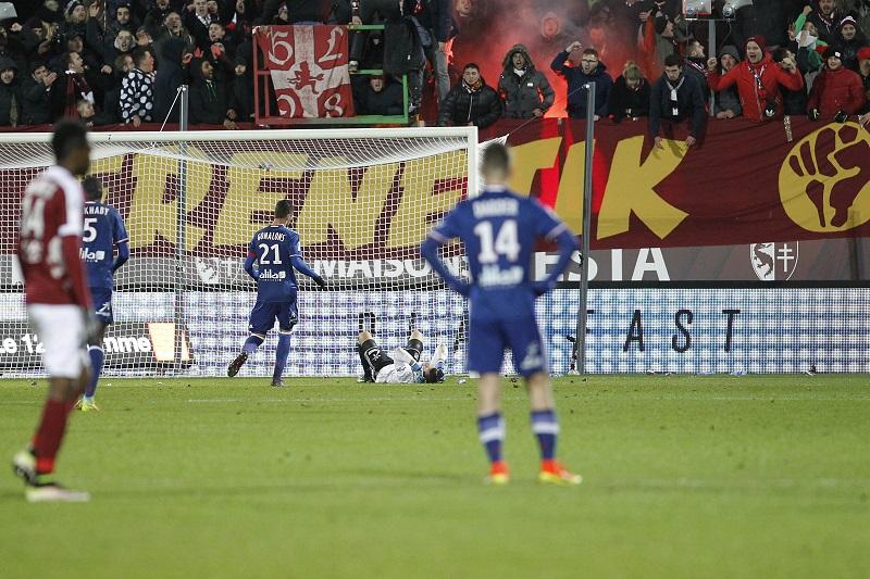 爆竹が直撃したGKロペスはピッチに倒れ込んだ [写真]=Icon Sport via Getty Images
