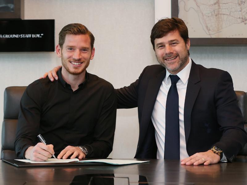 新契約にサインをするヴェルトンゲン(左)とポチェッティーノ監督(右) [写真]=Tottenham Hotspur FC via Getty Images