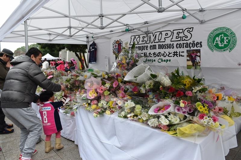 C大阪でプレー経験のあるFWケンペスの死を偲び、献花台が設けられた [写真]=AMA/Getty Images