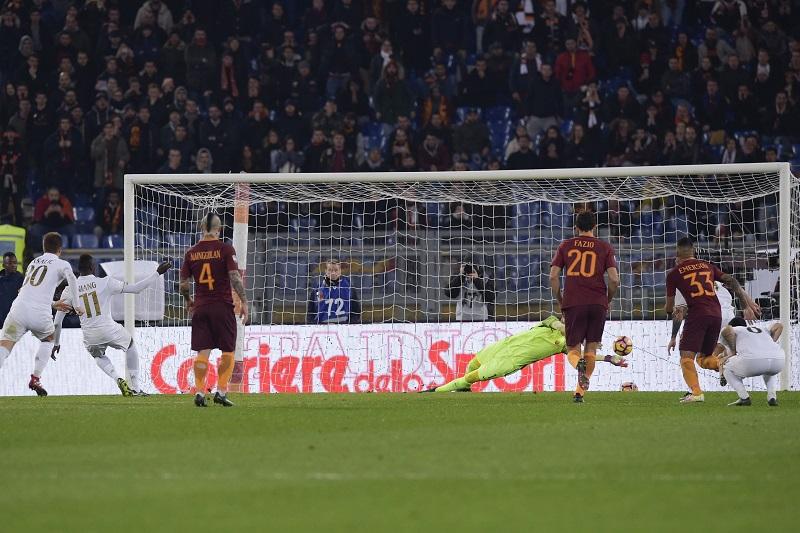 ニアン(11番)が蹴ったPKはGKシュチェスニーに阻まれた [写真]=AS Roma via Getty Images