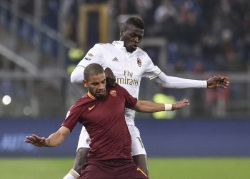 Bruno Peres of Roma is challenged by Mbaye Niang of AC Milan  during the Serie A match between Roma v Milan on December 12, 2016 in Rome, Italy.  (Photo by Giuseppe Maffia/NurPhoto via Getty Images)