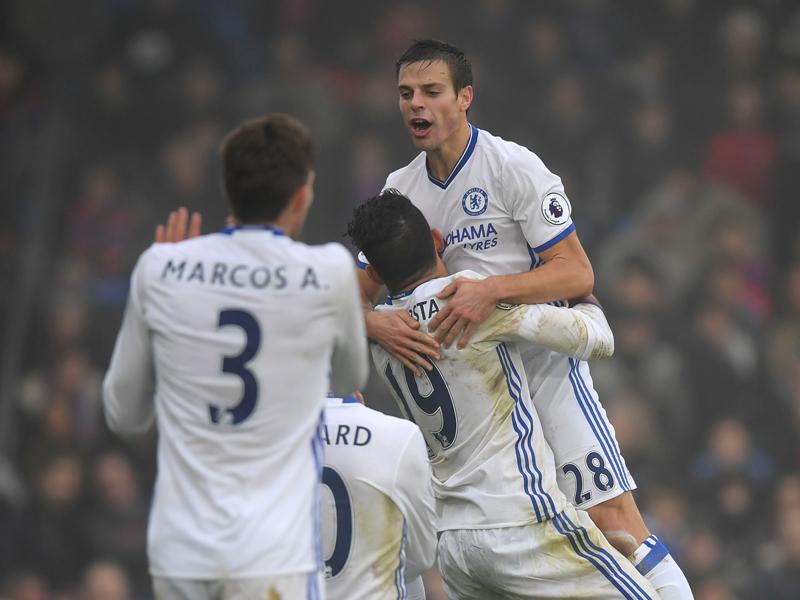 D・コスタに抱きかかえられるアスピリクエタ(右) [写真]=Chelsea FC via Getty Images
