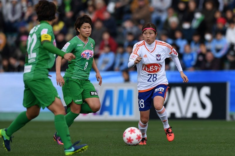 TOKYO, JAPAN - DECEMBER 23:  (EDITORIAL USE ONLY) Mei Yasaka (R) of Albirex Niigata Ladies in action during the 38th Empress's Cup Semi Final between Nippon TV Beleza and Albirex Niigata Ladies at Ajinomoto Field Nishigaoka on December 23, 2016 in Tokyo, Japan.  (Photo by Etsuo Hara/Getty Images )