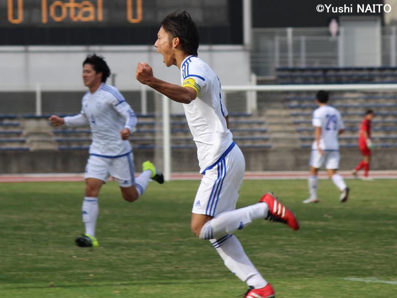 先制のPKを決めた日本体育大MF小泉将来 [写真]=内藤悠史