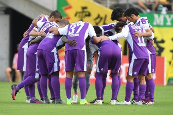 CHIBA, JAPAN - OCTOBER 08:  (EDITORIAL USE ONLY) Players of Kyoto Sanga make a huddle during the J.League second division match between JEF United Chiba and Kyoto Sanga at Fukuda Denshi Arena on October 8, 2016 in Chiba, Japan.  (Photo by Masashi Hara/Getty Images)