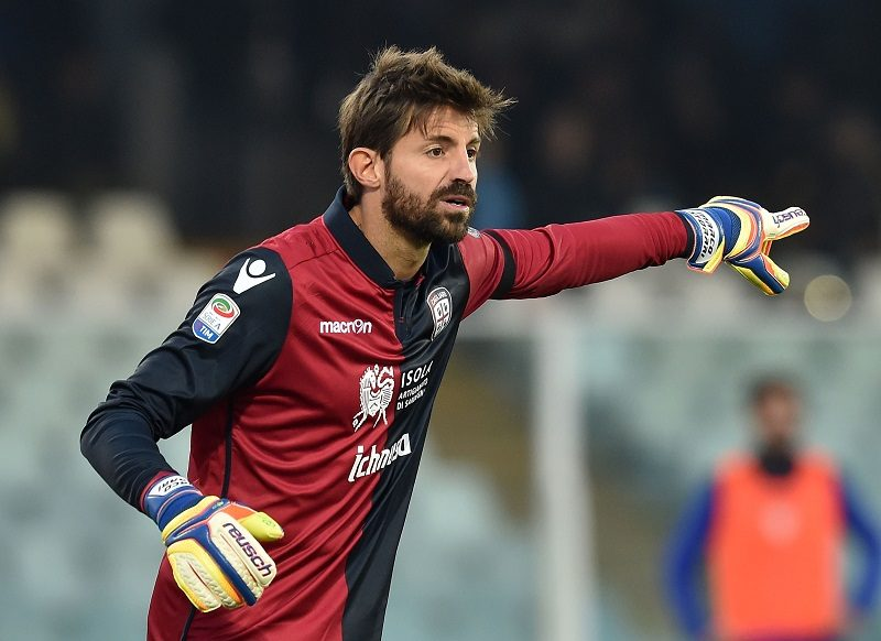PESCARA, ITALY - DECEMBER 04:  Marco Storari of Cagliari Calcio in action during the Serie A match between Pescara Calcio and Cagliari Calcio at Adriatico Stadium on December 4, 2016 in Pescara, Italy.  (Photo by Giuseppe Bellini/Getty Images)