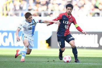 SUITA, JAPAN - JANUARY 01:  (EDITORIAL USE ONLY) Mitsuo Ogasawara of Kashima Antlers (R) and Yoshito Okubo of Kawasaki Frontale compete for the ball during the 96th Emperor's Cup final match between Kashima Antlers and Kawasaki Frontale at Suita City Football Stadiumon January 1, 2017 in Suita, Osaka, Japan.  (Photo by Masashi Hara/Getty Images)