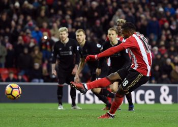 SUNDERLAND, ENGLAND - JANUARY 02: Jermain Defoe of Sunderland (R) scores his sides second goal from the penalty spot during the Premier League match between Sunderland and Liverpool at Stadium of Light on January 2, 2017 in Sunderland, England.  (Photo by Stu Forster/Getty Images)