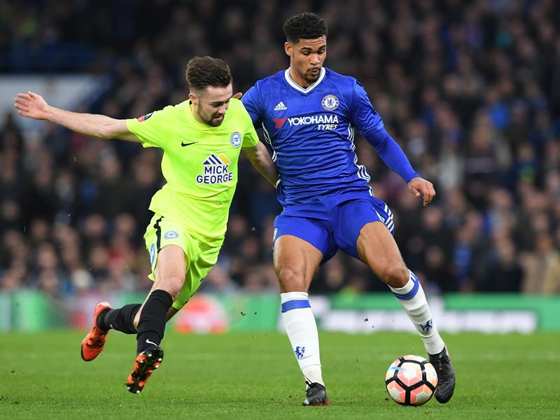 相手と競り合うチェルシーのロフタス・チーク(右) [写真]=Chelsea FC via Getty Images