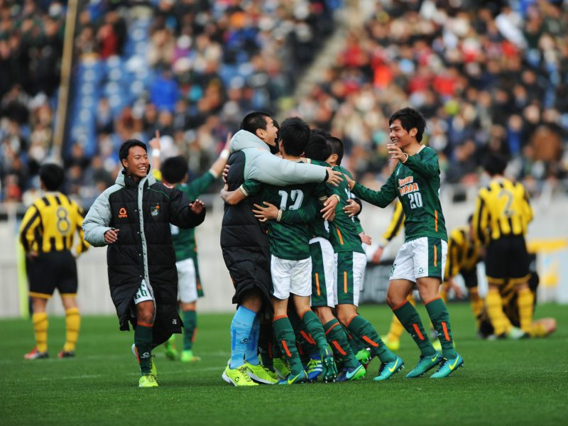 SAITAMA, JAPAN - JANUARY 09:  Players of Aomori Yamada celebrate their victory after the 95th All Japan High School Soccer Tournament final match between Aomori Yamada and Maebashi Ikuei at Saitama Stadium on January 9, 2017 in Saitama, Japan.  (Photo by Hiroki Watanabe/Getty Images)