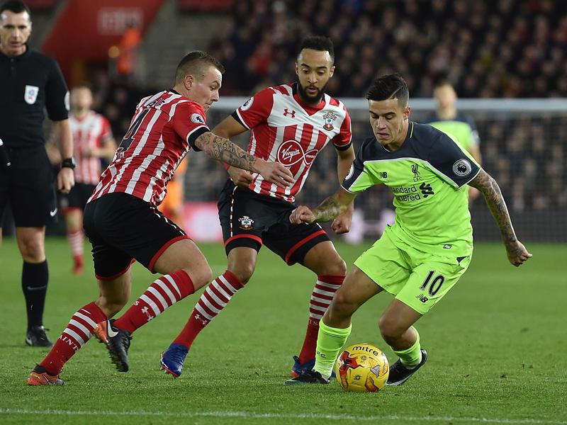途中出場で復帰を果たしたリヴァプールのコウチーニョ(右) [写真]=Liverpool FC via Getty Images