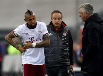 DUESSELDORF, GERMANY - JANUARY 14:  Arturo Vidal leaves injured the pitch next to head coach Carlo Ancelotti during the Telekom Cup 2017 final between Bayern Muenchen and FSV Mainz 05 at Esprit-Arena on January 14, 2017 in Duesseldorf, Germany.  (Photo by Lars Baron/Bongarts/Getty Images)