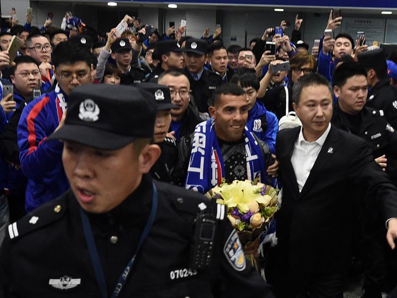 多くのファンがテベスを取り囲み、歓迎した [写真]=VCG via Getty Images