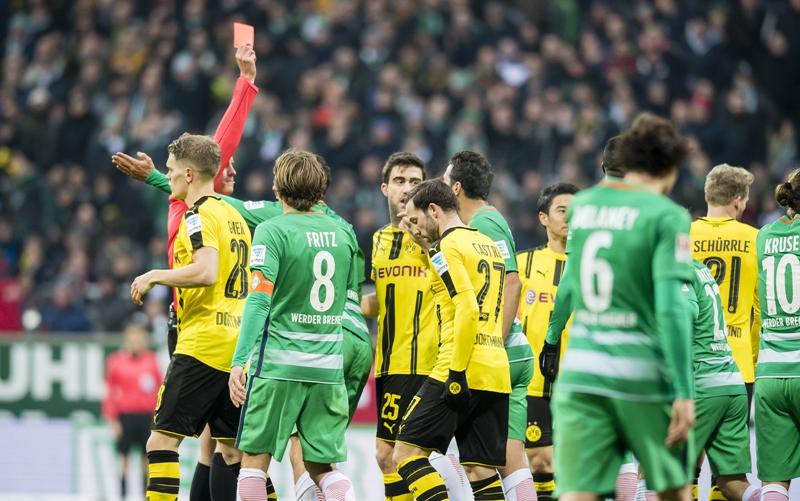 ドロブニーにレッドカードが提示された。 [写真]=Borussia Dortmund/Getty Images