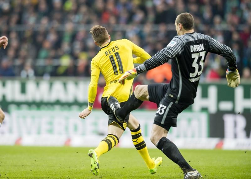 ファウルを犯し、退場したたドロブニー(右) [写真]=Borussia Dortmund/Getty Images