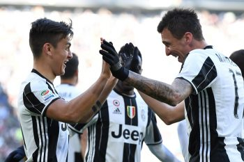 TURIN, ITALY - JANUARY 22:  Paulo Dybala (L) of Juventus FC celebrates after scoring the opening goal with team mate Mario Mandzukic during the Serie A match between Juventus FC and SS Lazio at Juventus Stadium on January 22, 2017 in Turin, Italy.  (Photo by Valerio Pennicino/Getty Images)