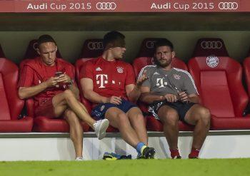 (GERMANY OUT) Arjen Robben (Bayern) sitzt auf der Bank und schaut auf sein Handy waehrend dem Fussball AUDI CUP 2015 Bayern Muenchen gegen AC Mailand in der Allianz Arena am 4. August 2015 in Muenchen. (Photo by GASPA/ullstein bild via Getty Images)