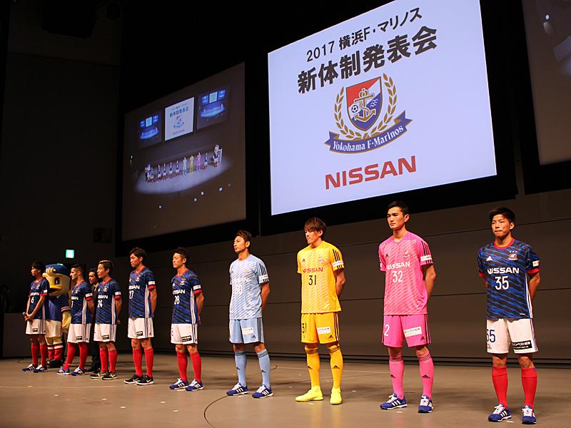 新加入の9選手が新ユニフォームを着て登壇した