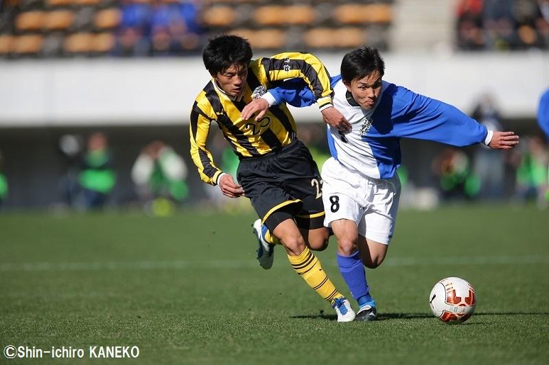 ボールを奪いあう田部井悠(左)と青沼聡(右) [写真]=兼子愼一郎