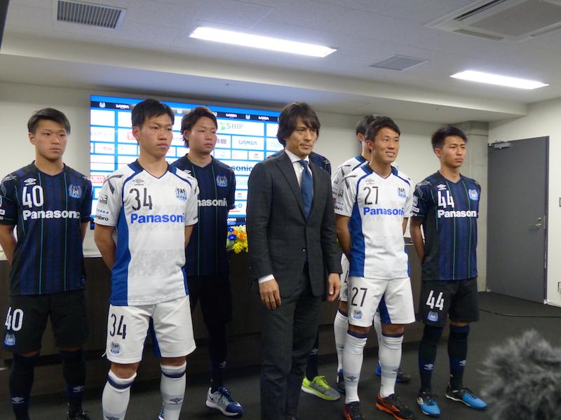 ガンバ大阪U-23を率いる宮本監督(中央)