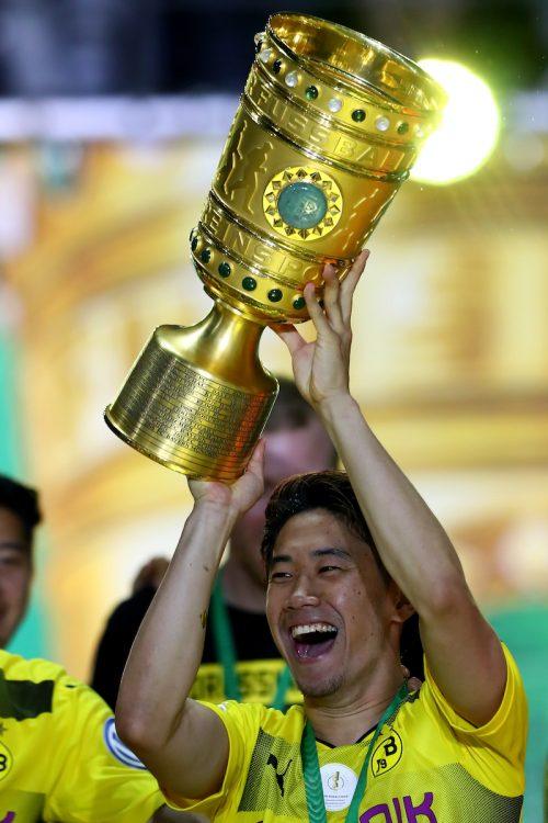 ●香川、笑顔で優勝トロフィーを掲げる…タイトル獲得にフル出場で貢献