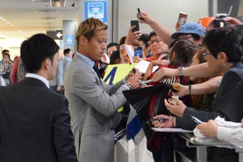 本田圭佑が帰国 約10分サイン求める声に応じ、笑顔で空港を後に