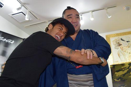 ●ネイマールと横綱・日馬富士ががっぷり四つ! 次回来日では相撲観戦実現?